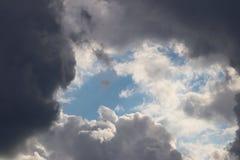 Σαφής μπλε ουρανός με τα σύννεφα σωρειτών και cirrus Ηλιόλουστος καιρός με τα σκοτεινά σύννεφα χαρούμενη διάθεση Υψηλή πίεση Οικο Στοκ εικόνα με δικαίωμα ελεύθερης χρήσης