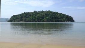 Σαφής μπλε ουρανός με το μικρό νησί στη μέση του νερού απόθεμα βίντεο