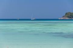 Σαφής μπλε ουρανός με την όμορφες θάλασσα και τη βάρκα Στοκ φωτογραφίες με δικαίωμα ελεύθερης χρήσης