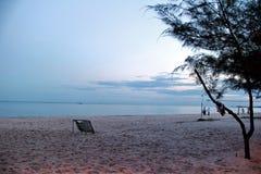 Σαφής μπλε ουρανός, μπλε θάλασσα, παραλία, ηλιοβασίλεμα, σύννεφο Στοκ εικόνα με δικαίωμα ελεύθερης χρήσης