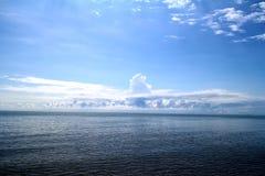 Σαφής μπλε ουρανός, μπλε θάλασσα, παραλία, σύννεφο Στοκ φωτογραφία με δικαίωμα ελεύθερης χρήσης