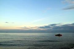 Σαφής μπλε ουρανός, μπλε θάλασσα, σύννεφο, ηλιοβασίλεμα, βάρκα μπανανών Στοκ εικόνα με δικαίωμα ελεύθερης χρήσης