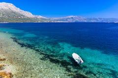 Σαφής μπλε παραλία σε Korcula Κροατία με τη βάρκα Στοκ φωτογραφίες με δικαίωμα ελεύθερης χρήσης
