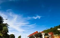 Σαφής ουρανός με τα άσπρα σύννεφα πέρα από την κατασκευή projects†‹ στοκ φωτογραφία με δικαίωμα ελεύθερης χρήσης