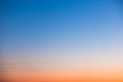 Σαφής πορτοκαλής και μπλε ουρανός ηλιοβασιλέματος Στοκ Φωτογραφία