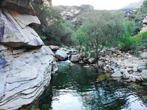 Σαφής ποταμός με τους βράχους στο βουνό στοκ φωτογραφίες
