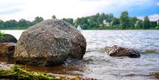 Σαφής ποταμός με τους μολύβδους βράχων προς τα βουνά αναμμένα από το ηλιοβασίλεμα στοκ φωτογραφίες