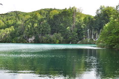 Σαφής πράσινη λίμνη με τους καταρράκτες Στοκ Εικόνες