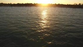 Σαφής ωκεάνια αντανάκλαση ηλιοβασιλέματος νερού φιλμ μικρού μήκους