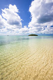 Σαφή ωκεάνια νερό και νησί Στοκ φωτογραφία με δικαίωμα ελεύθερης χρήσης