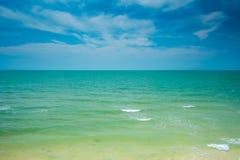 Σαφείς θάλασσα και μπλε ουρανός Στοκ εικόνα με δικαίωμα ελεύθερης χρήσης