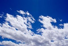 Σαφείς μπλε ουρανοί με τα μπαλώματα του άσπρου σύννεφου Στοκ Φωτογραφία
