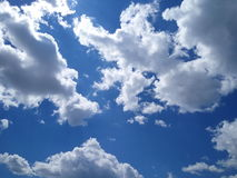 Σαφείς μπλε ουρανός και σύννεφα Στοκ φωτογραφία με δικαίωμα ελεύθερης χρήσης