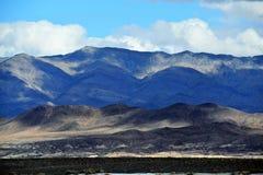 Σαφείς ουρανοί ερήμων με τα σύννεφα πέρα από τα βουνά στοκ φωτογραφίες με δικαίωμα ελεύθερης χρήσης