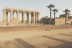 Σαφείς ουρανοί πέρα από τις καταστροφές του ναού σε Luxor στοκ φωτογραφίες