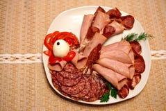 Σαλάμι και τεμαχισμένο κρέας που τοποθετούνται στο πιάτο υπό μορφή κόκκορα Στοκ φωτογραφία με δικαίωμα ελεύθερης χρήσης