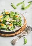 Σαλάτα άνοιξη με το ραδίκι, βρασμένο αυγό, arugula, πράσινο μπιζέλι, μέντα Στοκ εικόνα με δικαίωμα ελεύθερης χρήσης