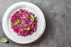 Σαλάτα λάχανων με τους νεαρούς βλαστούς σόγιας και τα εδώδιμα λουλούδια σκόρδου στοκ φωτογραφία