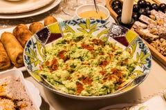Σαλάτα αβοκάντο με τα καρυκεύματα στον πίνακα γευμάτων στοκ φωτογραφίες με δικαίωμα ελεύθερης χρήσης