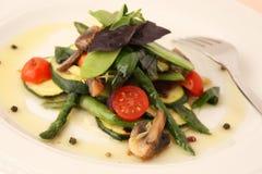 Σαλάτα αβοκάντο σε ένα πιάτο Στοκ εικόνες με δικαίωμα ελεύθερης χρήσης