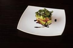 Σαλάτα από την ντομάτα μαρουλιού αβοκάντο και τα ψάρια σολομών Στοκ Εικόνες