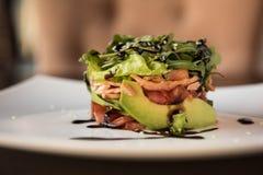 Σαλάτα από την ντομάτα μαρουλιού αβοκάντο και τα ψάρια σολομών Στοκ εικόνες με δικαίωμα ελεύθερης χρήσης