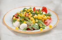 Σαλάτα από τη μοτσαρέλα και το καλαμπόκι ντοματών arugula Στοκ Φωτογραφία