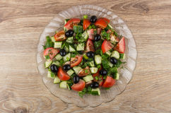 Σαλάτα από τις ντομάτες, αγγούρια, μαύρες ελιές με τον άνηθο και scall Στοκ φωτογραφία με δικαίωμα ελεύθερης χρήσης