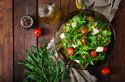 Σαλάτα βιταμινών των φρέσκων λαχανικών, των χορταριών, του τυριού φέτας και των καρυδιών Στοκ Φωτογραφία