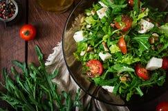 Σαλάτα βιταμινών των φρέσκων λαχανικών, των χορταριών, του τυριού φέτας και των καρυδιών Στοκ φωτογραφίες με δικαίωμα ελεύθερης χρήσης