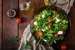 Σαλάτα βιταμινών των φρέσκων λαχανικών, των χορταριών, του τυριού φέτας και του καρυδιού Στοκ Εικόνες