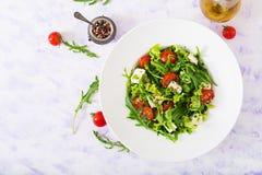 Σαλάτα βιταμινών των φρέσκων ντοματών, του arugula, του τυριού φέτας και των πιπεριών Στοκ Εικόνες