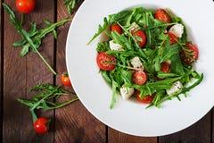 Σαλάτα βιταμινών των φρέσκων ντοματών, του arugula, του τυριού φέτας και των πιπεριών Στοκ εικόνες με δικαίωμα ελεύθερης χρήσης