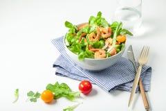 Σαλάτα γαρίδων με τις ντομάτες κερασιών στο κύπελλο Στοκ εικόνες με δικαίωμα ελεύθερης χρήσης