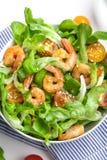 Σαλάτα γαρίδων με τις ντομάτες κερασιών στο κύπελλο Στοκ Εικόνες