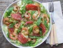 Σαλάτα γαρίδων με το γκρέιπφρουτ και το rucola Στοκ Εικόνες