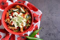 Σαλάτα ζυμαρικών με τα κολοκύθια, το κρεμμύδι, το σκόρδο, το τσίλι και τη μοτσαρέλα Στοκ φωτογραφίες με δικαίωμα ελεύθερης χρήσης