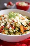 Σαλάτα ζυμαρικών με τα κολοκύθια, το κρεμμύδι, το σκόρδο, το τσίλι και τη μοτσαρέλα Στοκ εικόνες με δικαίωμα ελεύθερης χρήσης