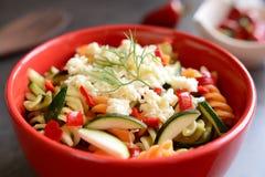 Σαλάτα ζυμαρικών με τα κολοκύθια, το κρεμμύδι, το σκόρδο, το τσίλι και τη μοτσαρέλα Στοκ εικόνα με δικαίωμα ελεύθερης χρήσης