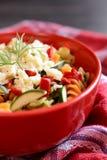 Σαλάτα ζυμαρικών με τα κολοκύθια, το κρεμμύδι, το σκόρδο, το τσίλι και τη μοτσαρέλα Στοκ φωτογραφία με δικαίωμα ελεύθερης χρήσης
