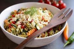 Σαλάτα ζυμαρικών με τα κολοκύθια, το κρεμμύδι, το σκόρδο, το τσίλι και τη μοτσαρέλα Στοκ Φωτογραφία