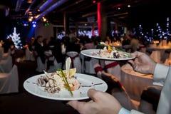 Σαλάτα θαλασσινών στα χέρια σερβιτορών Στοκ φωτογραφία με δικαίωμα ελεύθερης χρήσης