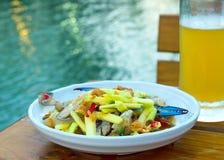 Σαλάτα καβουριών ως πρόχειρο φαγητό, που εξυπηρετείται με την μπύρα Σαν δημοτικότητα του θορίου στοκ φωτογραφία με δικαίωμα ελεύθερης χρήσης