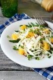 Σαλάτα και πορτοκάλι λάχανων σε ένα άσπρο πιάτο Στοκ εικόνες με δικαίωμα ελεύθερης χρήσης
