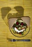 Σαλάτα και ψωμί σε ένα κίτρινο χαλί μπαμπού στο ξύλινο υπόβαθρο Στοκ εικόνα με δικαίωμα ελεύθερης χρήσης