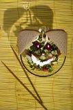 Σαλάτα και ψωμί σε ένα κίτρινο χαλί μπαμπού στο ξύλινο υπόβαθρο Στοκ φωτογραφία με δικαίωμα ελεύθερης χρήσης