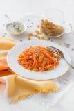 Σαλάτα καρότων με τις σταφίδες, τους σπόρους ηλίανθων και το μέλι Στοκ φωτογραφία με δικαίωμα ελεύθερης χρήσης
