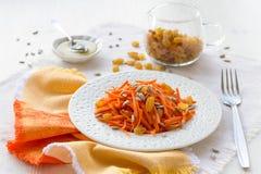 Σαλάτα καρότων με τις σταφίδες, τους σπόρους ηλίανθων και το μέλι Στοκ εικόνες με δικαίωμα ελεύθερης χρήσης