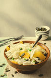 Σαλάτα κινεζικών λάχανων με τους σπόρους πορτοκαλιών και κολοκύθας στο ξύλινο κύπελλο στοκ φωτογραφία με δικαίωμα ελεύθερης χρήσης