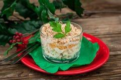 Σαλάτα κοτόπουλου, της Apple, τυριών και αυγών Χριστουγέννων που βάζουν σε στρώσεις με Mayo Στοκ Εικόνες